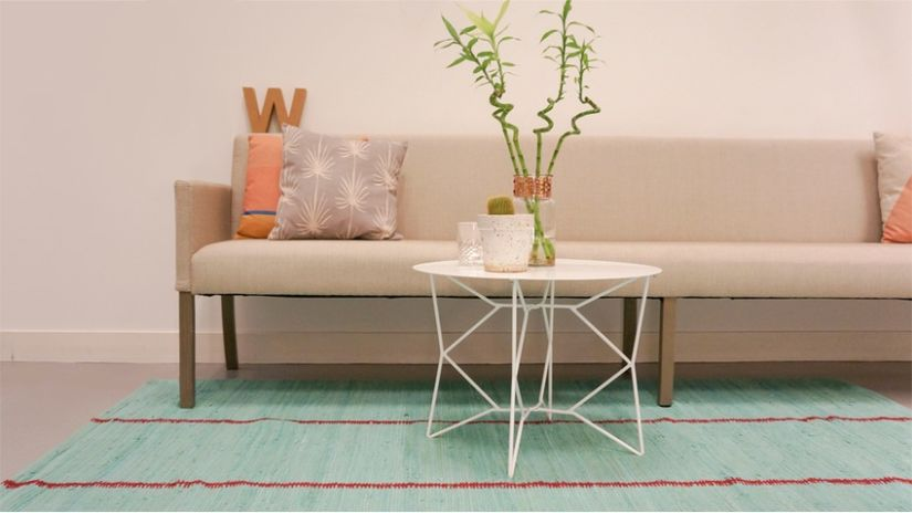 kovový bílý konferenční stolek
