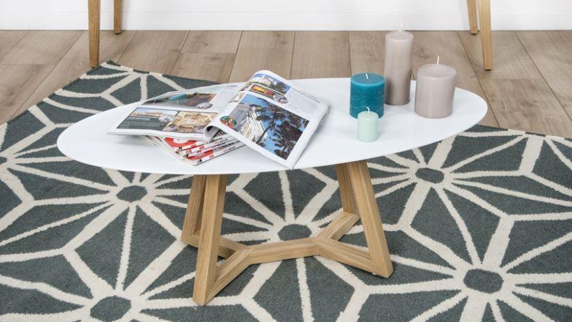 bílý konferenční stolek s dřevěnýma nohama