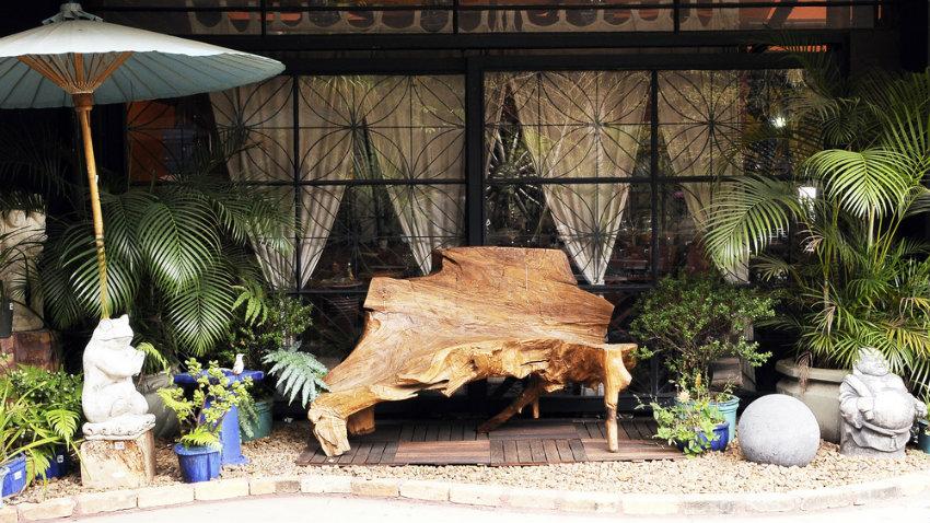 zahradní lavičky z jednoho kusu dřeva