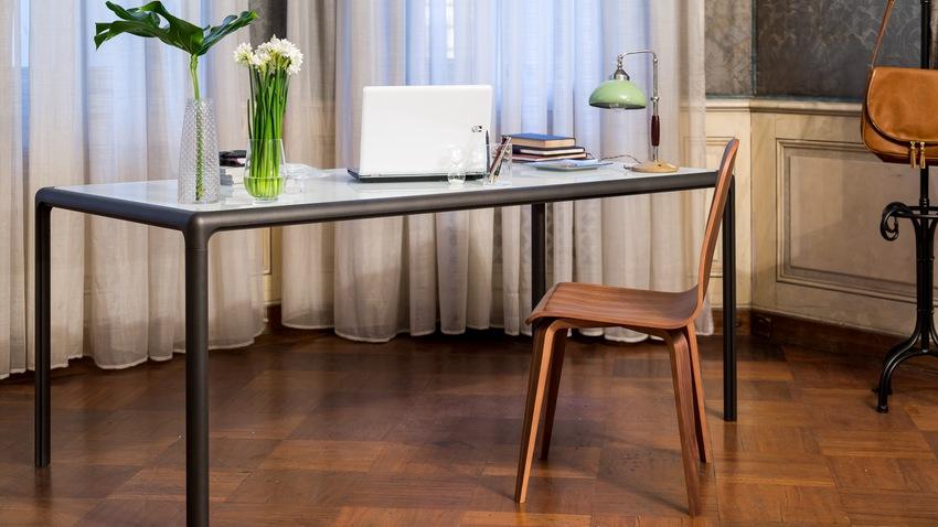 minimalistický kancelářský stůl