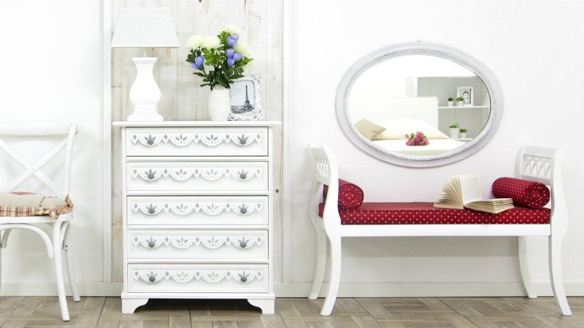 bílé nástěnné zrcadlo