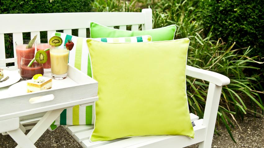 bílé zahradní lavičky