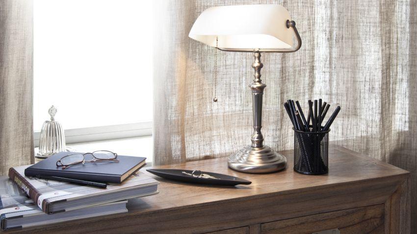retro lampy s bílým stínidlem