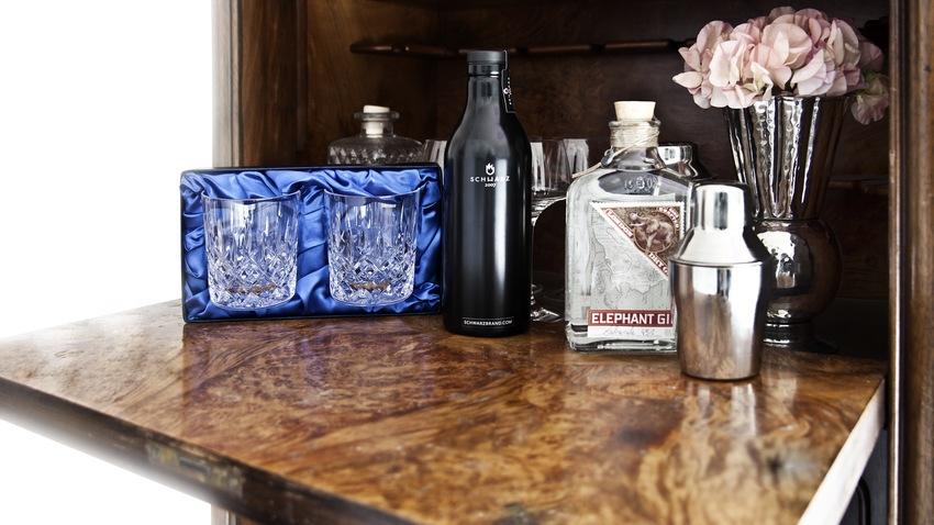 skleničky na whisky v domácím baru