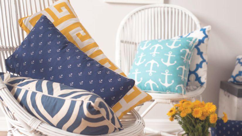 modré dekorativní polštářky