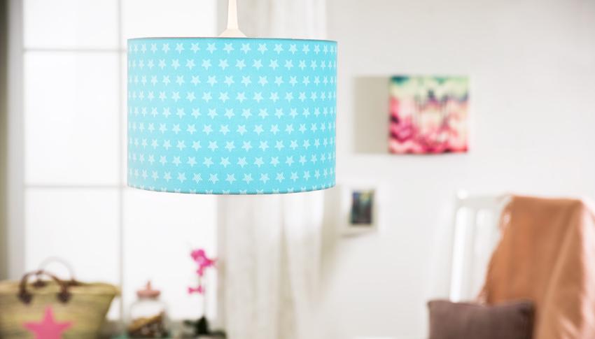 modré závěsné lampy