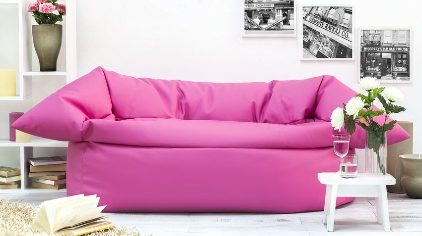 růžová pohovka