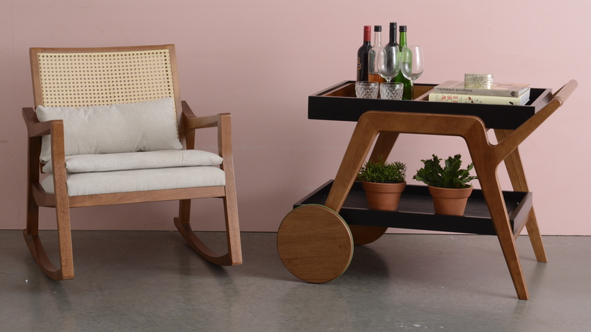 vintage dřevěný servírovací vozík