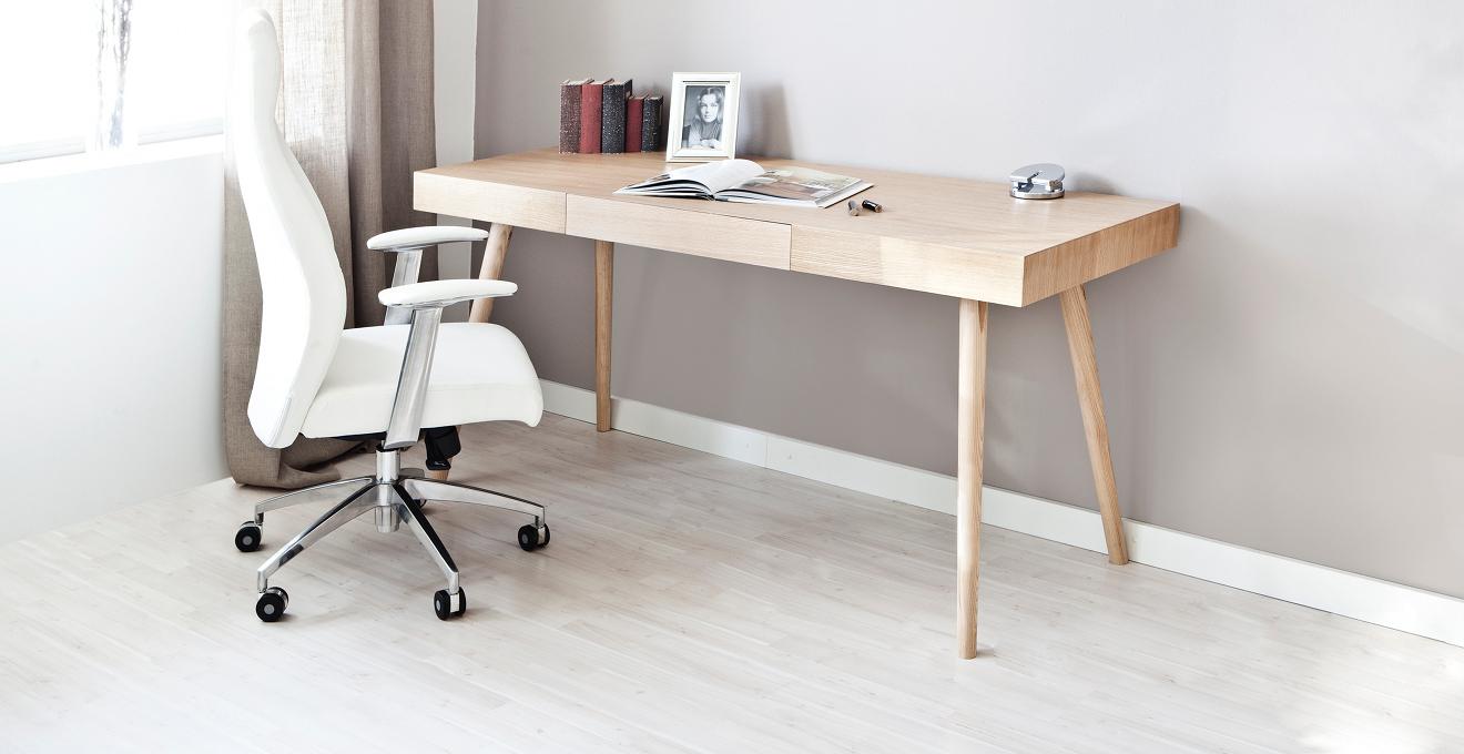 světlé dřevěné psací stoly