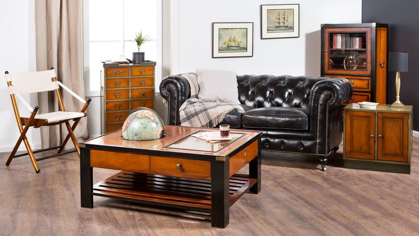 konferenční stůl ve vintage stylu v obývacím pokoji