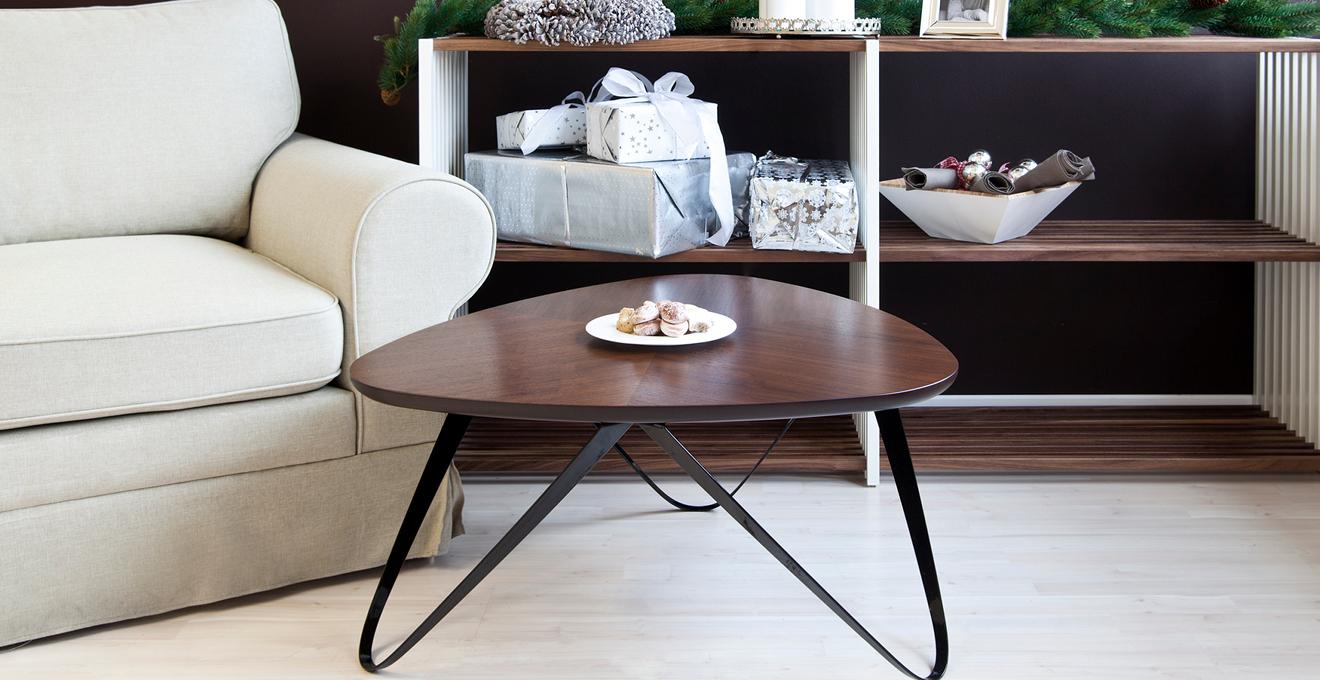 hnědý moderní odkládací stolek
