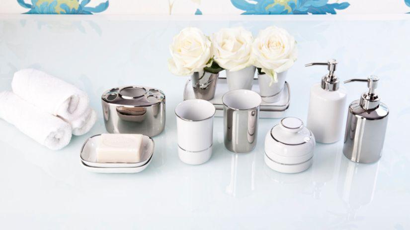 stříbrné dekorace do koupelny