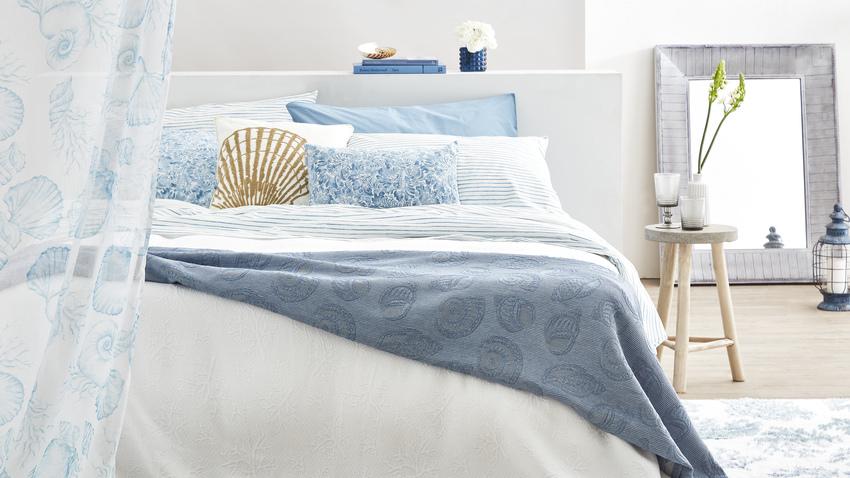 modrobílá ložnice