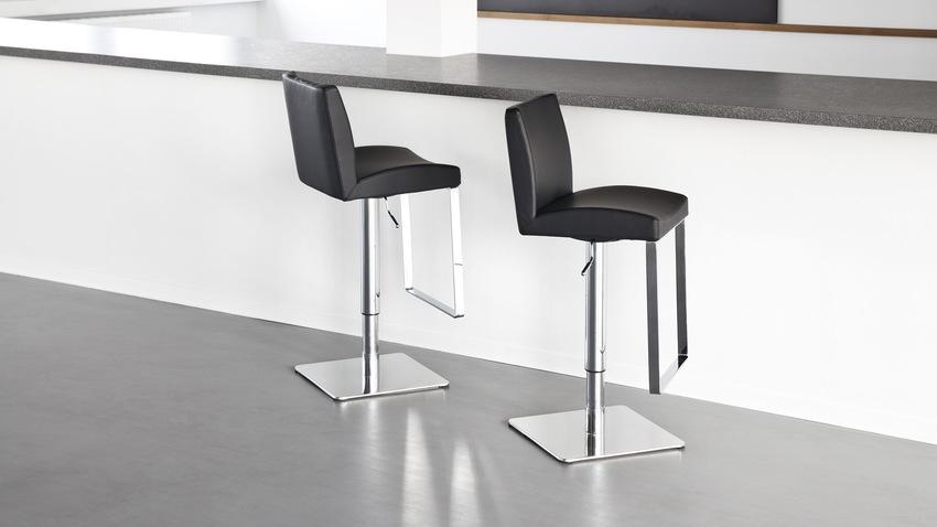 černá výškově nastavitelná židle