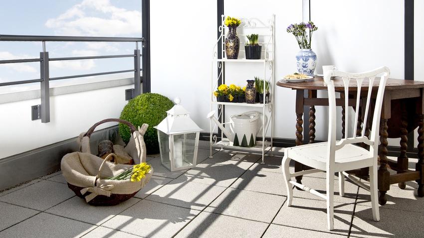 tmavý kulatý balkonový stůl 80 cm