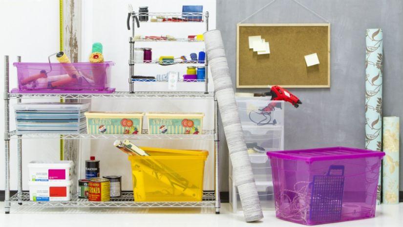 barevné úložné boxy