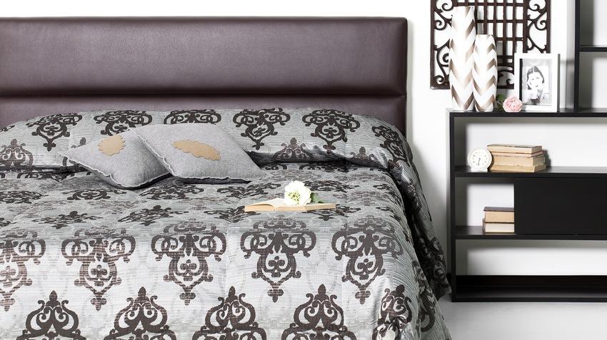 černá king-size postel