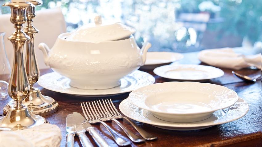 bílý jídelní servis