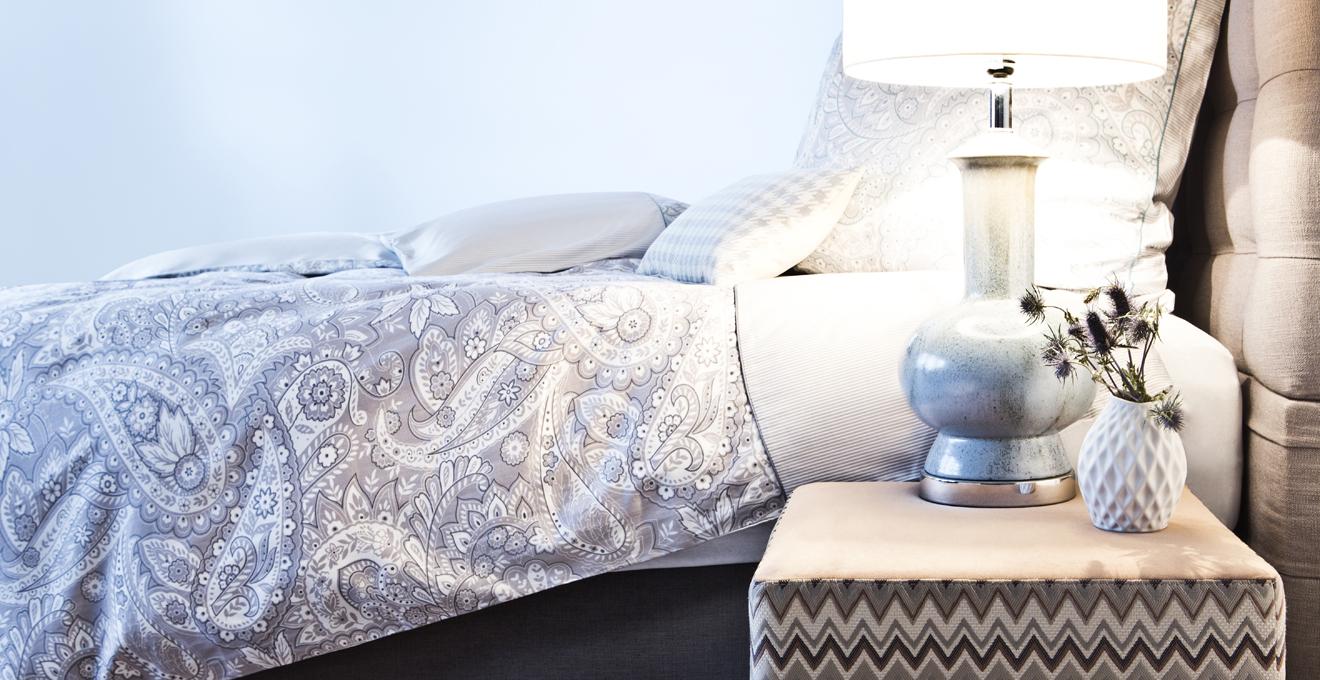 stylová šedá postel boxspring