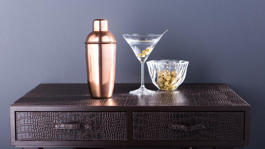 dřevěný barový stolek vykládaný kůží