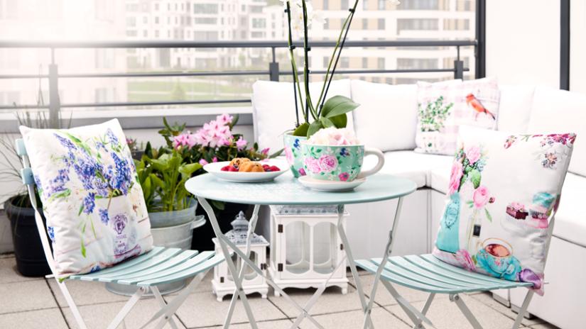 modrý rozkládací zahradní stůl