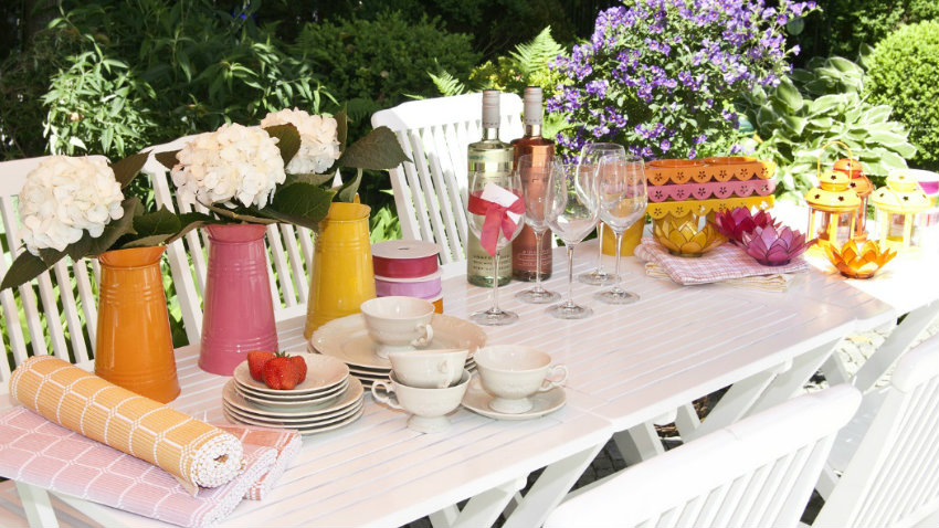 bílý rozkládací zahradní stůl