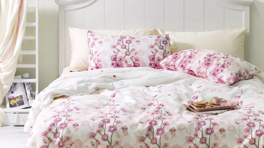 dřevěná postel shabby chic