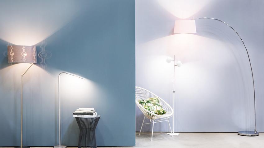 kovová oblouková lampa s růžovým stínidlem