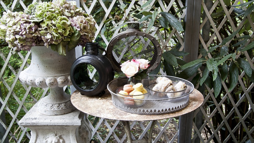 Kovový zahradní stůl