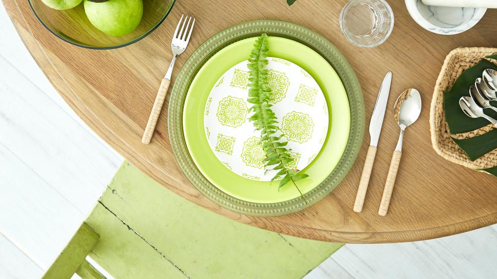 kulatý jídelní stůl ve venkovském stylu