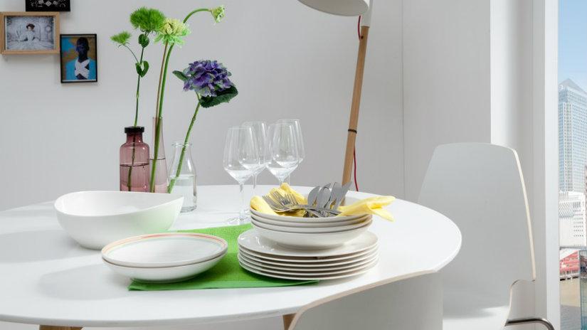 bílý kulatý jídelní stůl