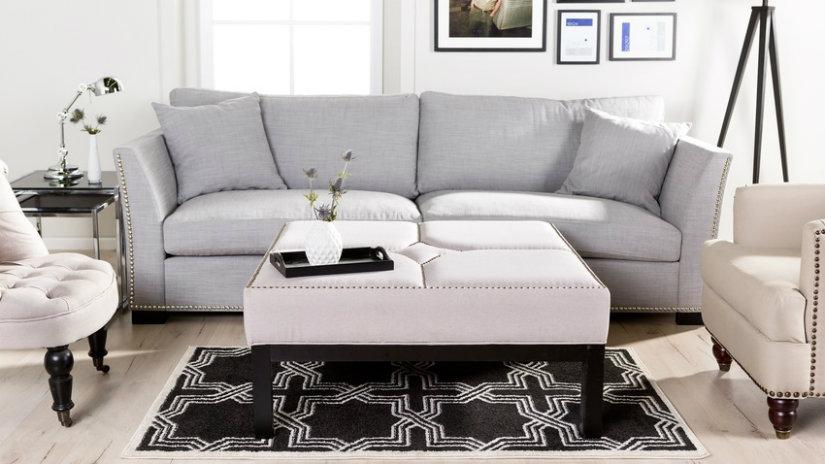 vzorovaný černý koberec