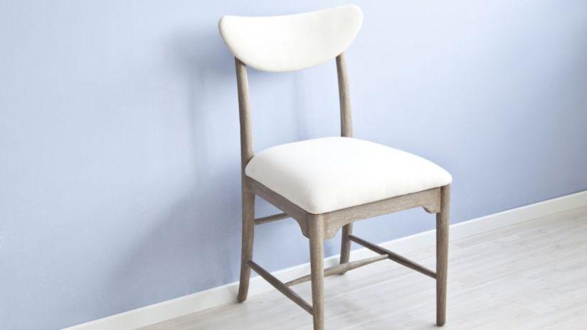 bílá židle s polstrováním