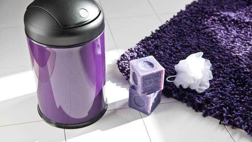 fialový koberec s vysokým vlasem