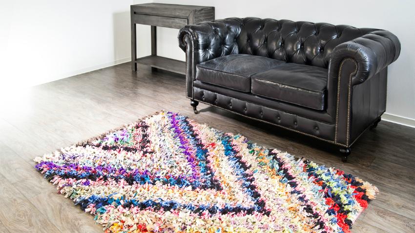 pruhovaný fialový kobere