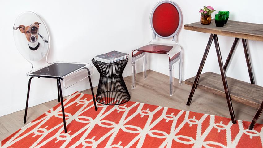 červený koberec se vzorem