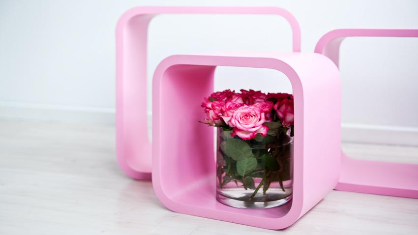 růžový plastový regál