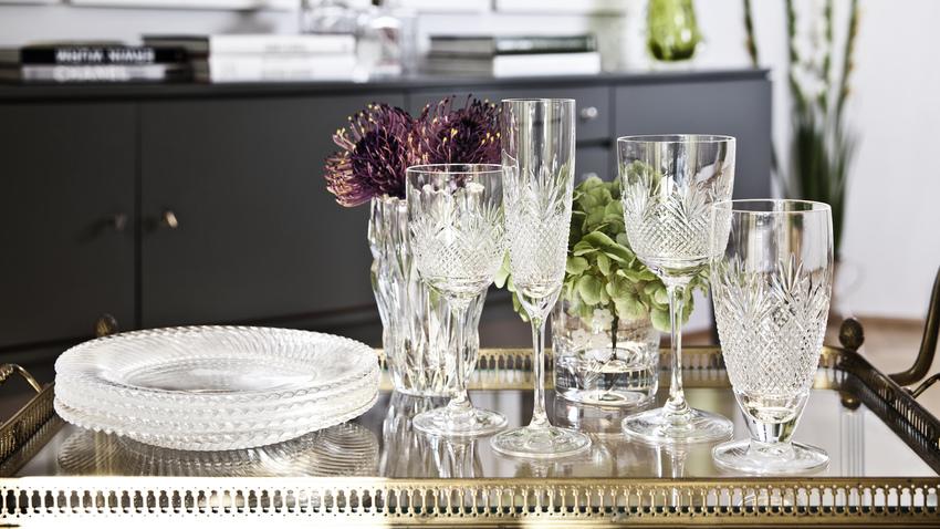 průhledné skleněné talíře