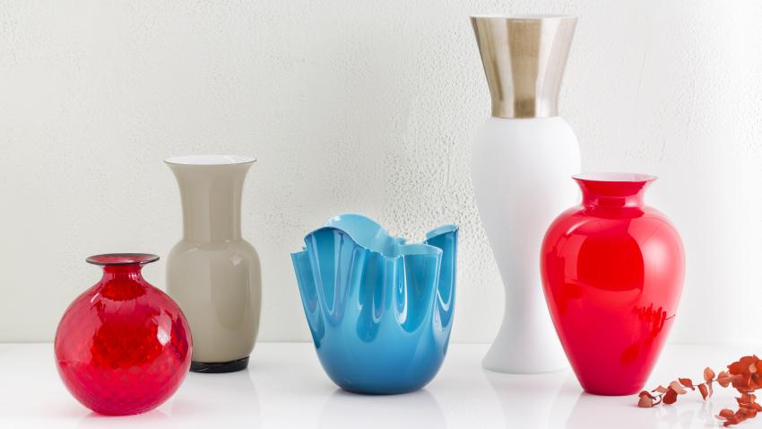 modrá váza z mléčeného skla
