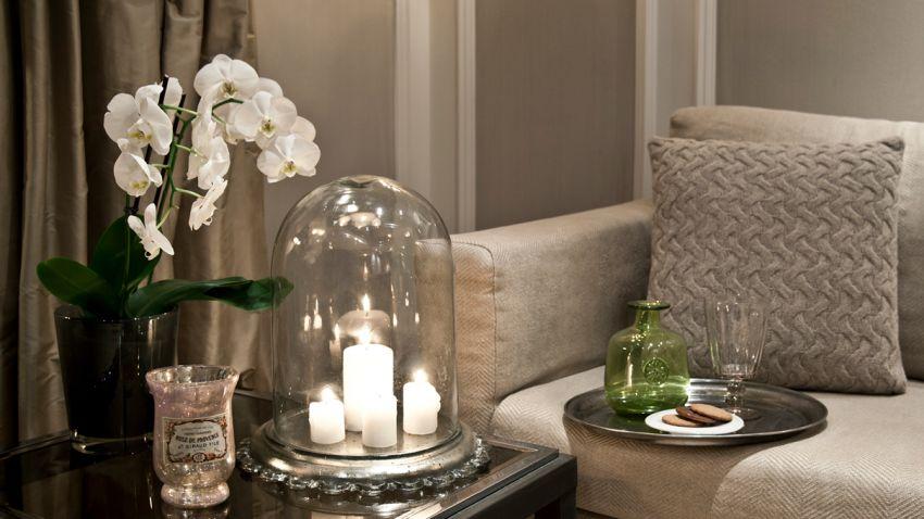 dekorativní svíčky ve svícnu