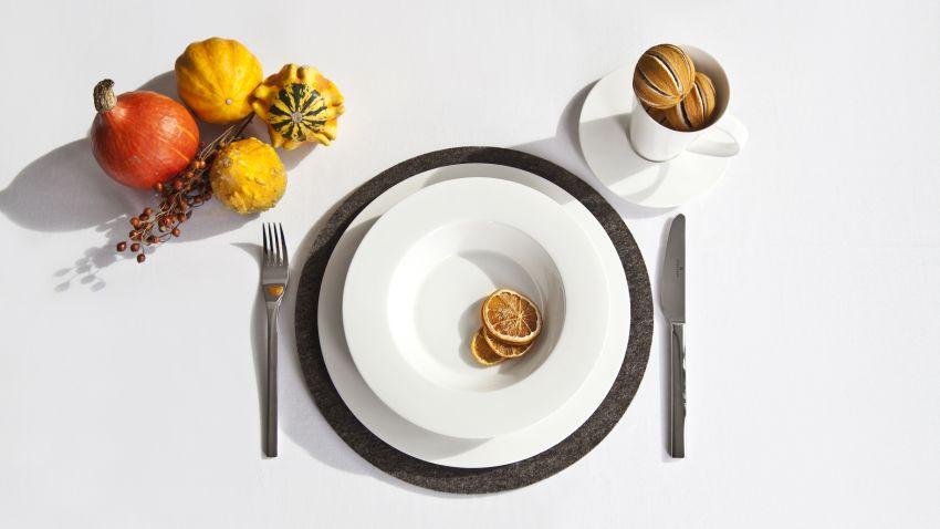 jednoduché bílé talíře