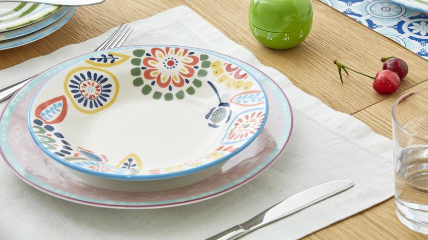 bílé talíře se vzorem