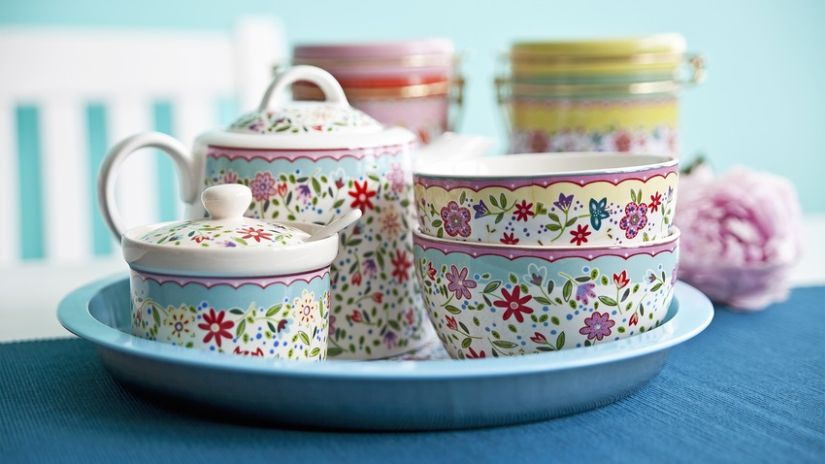 barevný hrnek na čaj