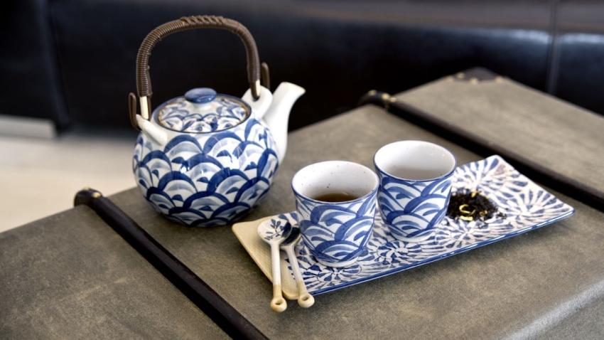 hrnek na čaj s konvicí