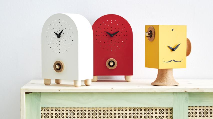červené dřevěné hodiny