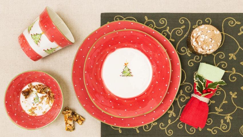 červené keramické talíře