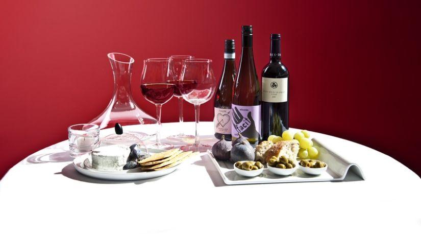 průhledná karafa na víno
