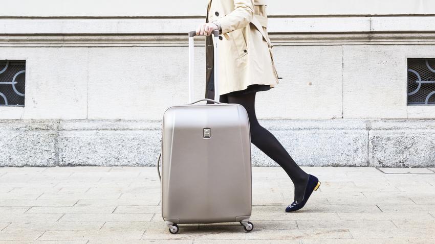 stříbrný cestovní kufr