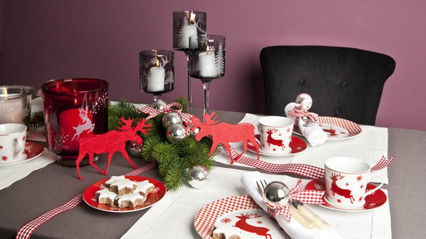 Tischdekoration Weihnachten mit rotem Rentier
