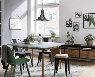 Esszimmer mit schwarzer Küchenlampe im Industrial Design